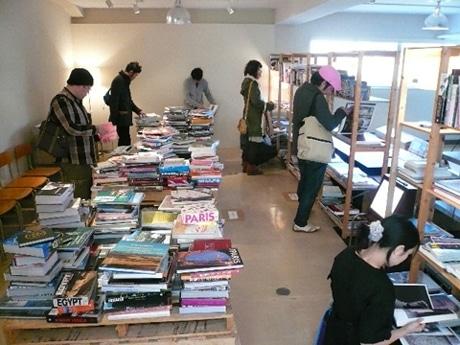 奥沢「D&DEPARTMENT東京店」開催中の洋古書フェアでは、本をゆっくり選べるようフロアにいすも用意されている