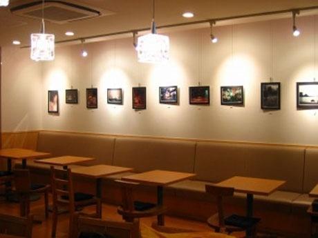 カフェ店内の壁面を使った大判写真の展示スペースは、会期後半で展示替えを行うなど実験的な試みも