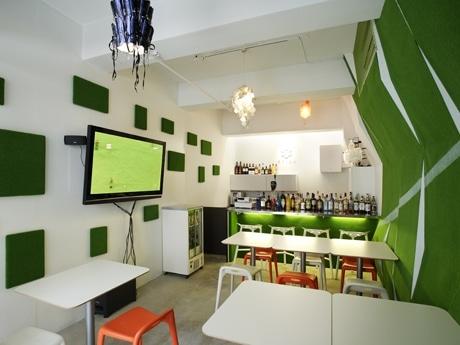 ボール素材を使用した照明など斬新なデザイン「Football Cafe SFIDA」店内