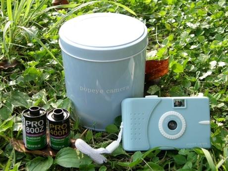 トイカメラ本体、紅茶缶をイメージしたパッケージ缶も「アンティークブルー」で統一