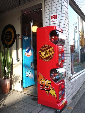 「Wally B.」に登場した「カーズ」公式ガチャガチャ。店頭には赤い「ラスティーズ」、店内に青の「ダイナコ」バージョンが置かれている