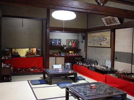 手作りのひな人形たちが並ぶ「古桑庵」和室の様子。和室に面した庭には古井戸やつくばいもあり、古きよき日本が感じられる