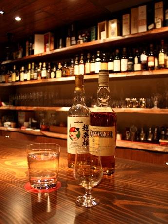 同店のおすすめウイスキーから、青リンゴのフルーティーな味わいが特徴のシングルモルト「クラガンモア」(右)、同店オリジナルのバッテッドモルト「超英雄」(左)