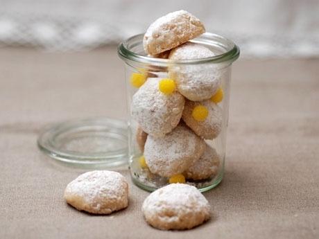 カップルでチャレンジする手作りスイーツは、ホロッとした食感と香ばしいクルミの味わいが人気の「スノーボールクッキー」 (※写真は同レシピイメージ)