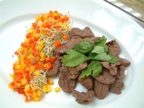 脂肪とコレステロールが低いオーストリッチ肉を使った同店の人気レシピのひとつ「オーストリッチソテー」
