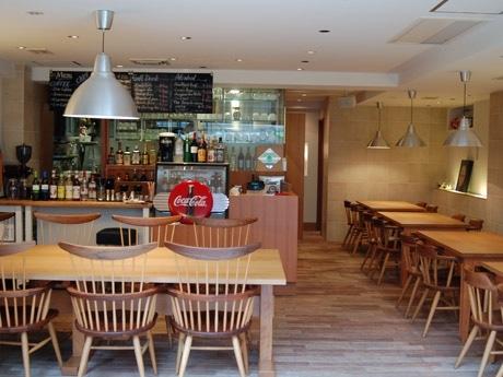 晴天時にはテラス席から店内席までオープンスペースになる「CAFE Komazawan5」各テーブル床にはリードを掛けるフックも用意