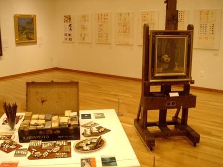 後方に展示しているのが宮本三郎らによる「9人の画家がえらんだクレヨンとパスの色」自筆実験用シート。特集した当時の雑誌「暮らしの手帖」も同時展示されている