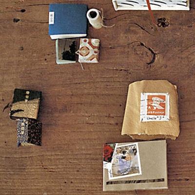 赤井さんの豆本は、ハードカバーや和とじ、巻物まで内容や種類もさまざま。中にはわずか2センチ大のものも