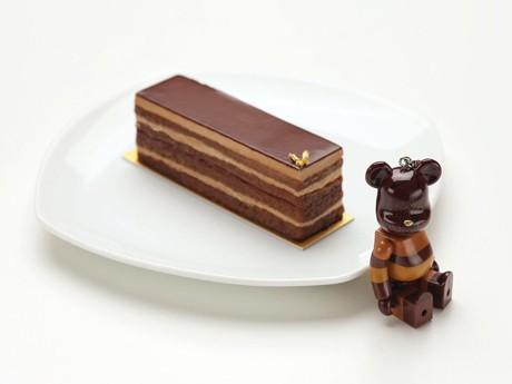 チョコレートケーキ「オペラ」をモチーフにした「OPERA BE@RBRICK」(写真右)