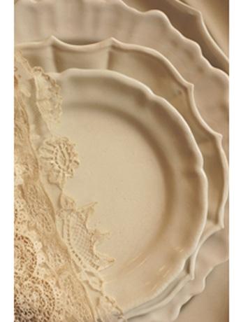 やわらかく美しいひだを描く、長峰菜穂子さんのドレープ模様の陶磁器作品