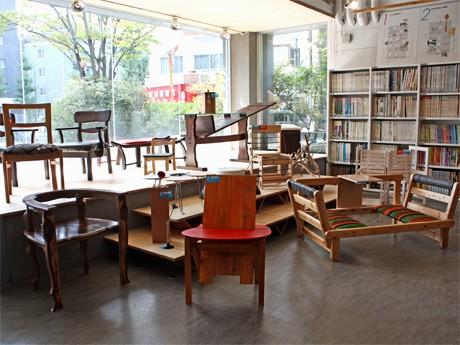 ICSカレッジオブアーツの学生たちが製作したエコリサイクル家具が並ぶ、同校スペースギャラリーの様子