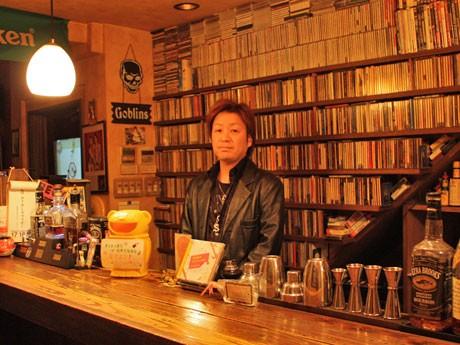 オーナー岸さんが学生時代を過ごした80年代のロックやポップスのCD・DVDを数多くそろえる自由が丘のロックバー「Neverland」