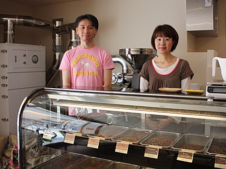 スペシャルティ・グレードのコーヒー生豆をじか火式焙煎釜で提供する「クラウド・ナイン」オーナーの中根大志さん・留美さん夫妻