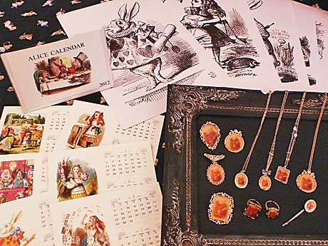 国内外のアリスアイテムが集まる「Arundel in Wonderland」、特別企画商品のカレンダーやポスターなど