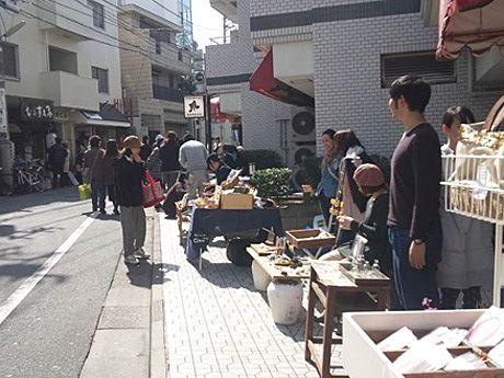 自由が丘南口エリアの裏通りに個性あふれる店が集まり開催される「うら通りマーケット」(写真は前回開催時の様子)