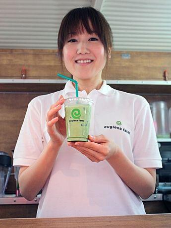 59種類の栄養素を含む健康飲料「ユーグレナ・ファームの緑汁」がベースのドリンクメニュー「ユーグレナ・ラテ」(400円、写真)
