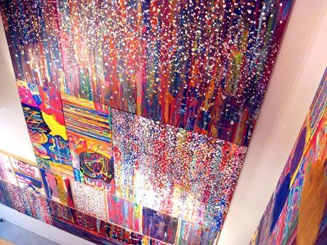 カザマナオミさん作品展「美話-VIWA」より、ギャラリーの壁面全体を使って展示した巨大インスタレーション