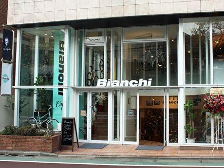 エントランスの吹き抜けやカフェ入口の階段にディスプレーされた自転車が目を引く「ビアンキ・カフェ&サイクルズ」