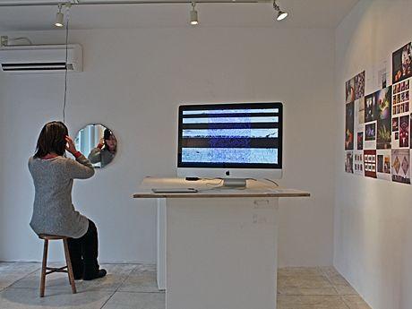椅子に座りヘッドホンをつけて鑑賞するサウンド・アート作品「Mirror and Chair」(写真左)などを展示する「DIGITAL ART」展の様子