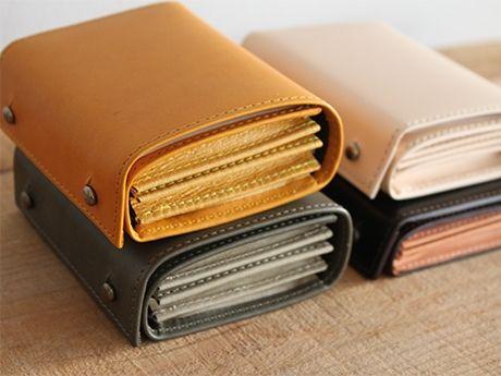 「m+」のプロダクトから、折り重ねた革を一枚革で巻きとめた財布「ミッレフォッリエ」シリーズ
