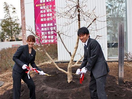 日体大の箱根駅伝優勝記念で植樹を行った10区アンカーの谷永雄一選手(写真右)と同大研究員の田中理恵さん