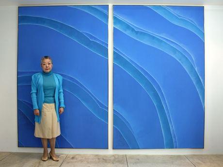 時代のテーマとも言える「無意識的な自然と意識的なもの」を150号の大作で表現した「青のあいだ」新作群と、画家で現代美術家の佐々木宏子さん