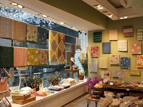 タオルの色・柄・サイズとも豊富なラインアップをそろえる「今治極上手巾 伊織 自由が丘店」店内の様子