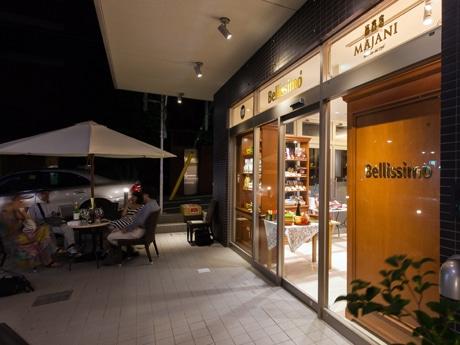 テラス席ではイタリアの夏の定番・ブラッドオレンジジュースやピーチティーなどのドリンクも提供する「Bellissimo(ベリッシモ)田園調布店」ファサード