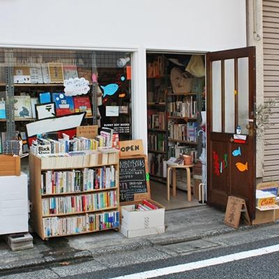 開け放たれたドアの奥には約3000冊強の古書を中心に雑貨も並ぶ「SUNNY BOY BOOKS」