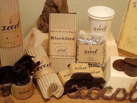 工房内でカカオ豆の自家焙煎(ばいせん)から一貫して手作りで製造する「xocol(ショコル)」のチョコレート