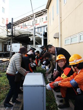 東急大井町線自由が丘駅踏切付近に「キカラシ」の種をまいた。今春に続き、来春も開花するか