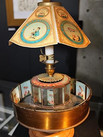 現代の「ムービー」の原点といわれ、店名の由来でもある仏製「プラクシノスコープ」も展示。円筒を回転させると中央の12枚の鏡に映った絵が動いて見える