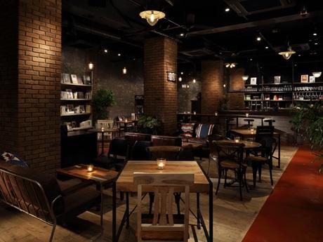 レンガや木材など温かみを感じさせる素材を使った「ブルーブックスカフェ自由が丘」店内の様子