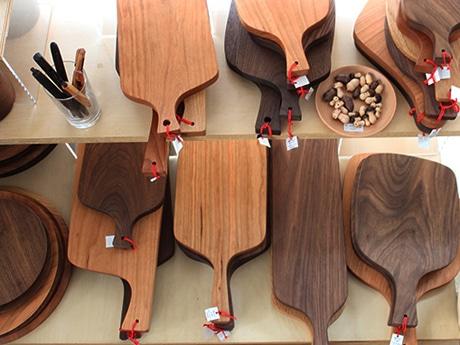 「木展-あそぶ木、かざる木、おいしい木-」から、木工作家・遠藤マサヒロさんによるカッティングボード・プレート各種
