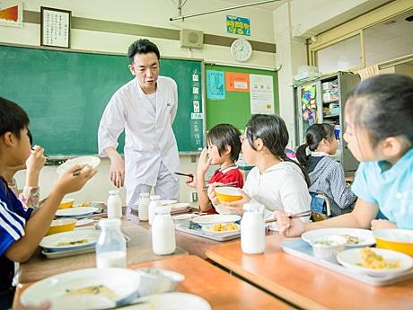 子どもたちのために和食給食を手掛けた「日本料理 雄」店主の佐藤雄一さん(写真中央)