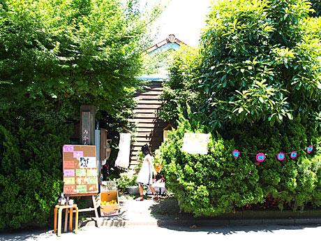 奥沢の静かな住宅街の中にある「読書空間みかも」外観(写真は過去「一箱古本市」開催時の様子)