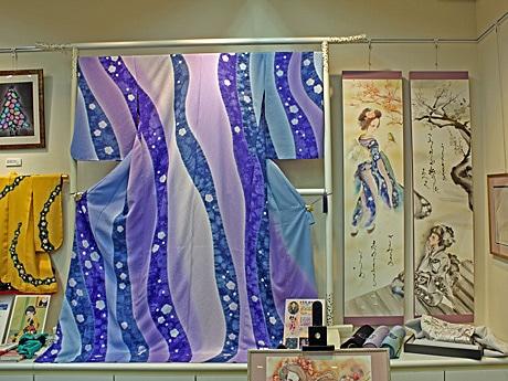 藤井さんが手掛けた訪問着「天の河に架かる虹の橋」と、その世界を書画にした夏生さんによる対の軸物