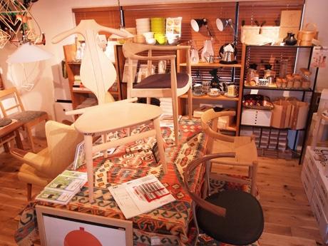 「バレットチェア」(写真中央)などハンス・J・ウェグナーの名作椅子をそろえた「ウェグナーの椅子展」店内の様子