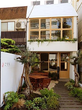 白を基調とした外壁に木枠の窓が印象的な一軒家カフェ「こなな 自由が丘店」