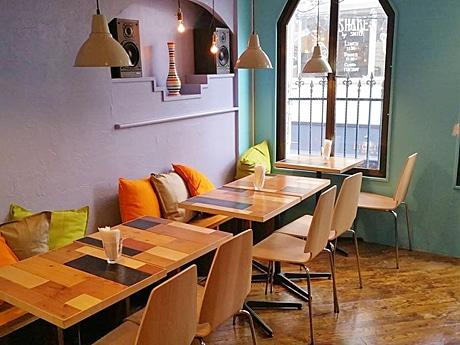 毎日13時から好きな時間に外国人講師と英語で話せる英会話バー&カフェ「LanCul自由が丘店」店内の様子