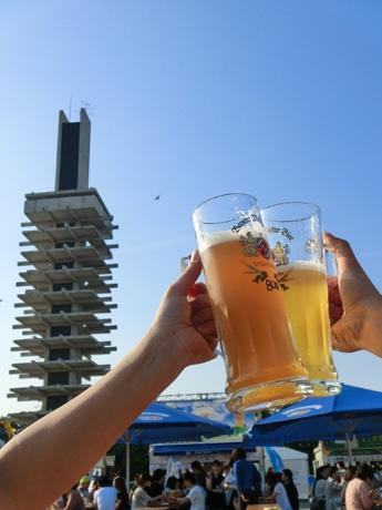 公園中央広場の開放的な雰囲気の中でドイツビールが楽しめるのも魅力「駒沢オクトーバーフェスト」