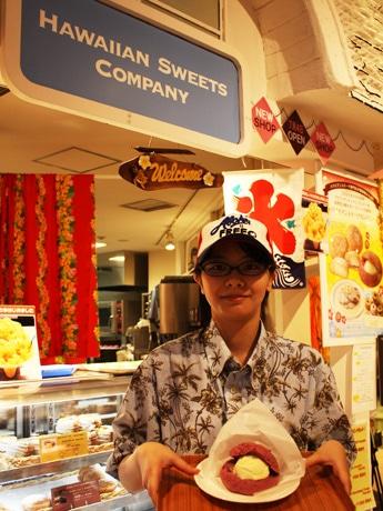 自由が丘スイーツフォレスト限定スイーツは、ハワイで人気を集める「ポイ」を使った「ポイメロンパン・アイスサンド」(写真)