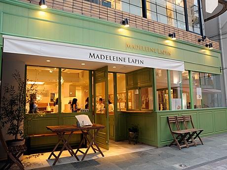 「フランスの片田舎に昔からあるようなカフェ」をイメージしたというマドレーヌ専門店「MADELEINE LAPIN」外観