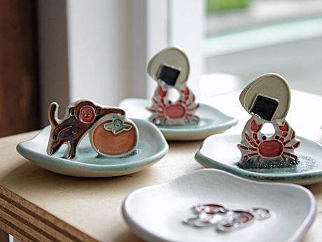 「下永久美子の器展」から、昔話「さるかに合戦」のワンシーンがユーモラスに表現された小皿