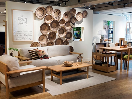 ベルギー出身のデザイナーと取り組んだ新シリーズ「DIMANCHE(ディモンシュ)」の家具とアートを組み合わせたスタイリングシーンが見られる2階「シーンズ」フロア