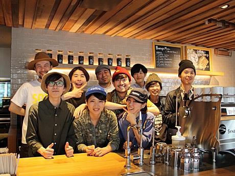 フランクな接客で地元客との信頼関係を築きたいという「スターバックス コーヒー 奥沢2丁目店」スタッフ(後列真ん中・ハンチング帽姿が同店・小笹真ストアマネジャー)