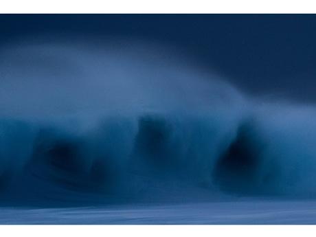 「ONE BLUE IS ENOUGH」展作品から、小さな浜辺の町で育ち、自然と共に暮らしてきたウッディ・グーチさんが捉えた「一瞬」の海の表情