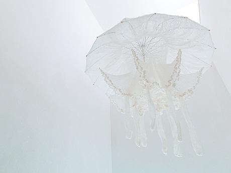 黒沼真由美さん個展「海潮音」から、吹き抜けの天井からつるされた大型立体作品「天蓋(タコクラゲ)」