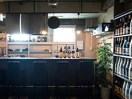 店内に約100種類の日本酒、焼酎、果実酒が並ぶ「ナンリ亭」店内