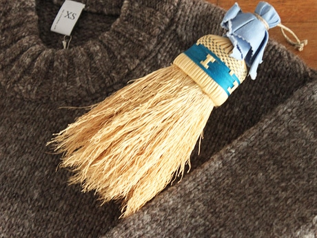 洋服の埃取りや毛玉取りに使える南部箒「洋服箒 ブルーム」